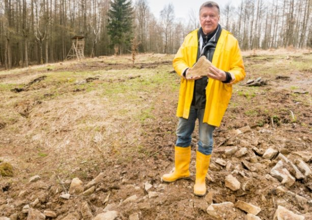 Das große Bruchstein-Vorkommen im Gebiet am Weißen Stein ist für Heinz-Peter Haustein kein Zufall.