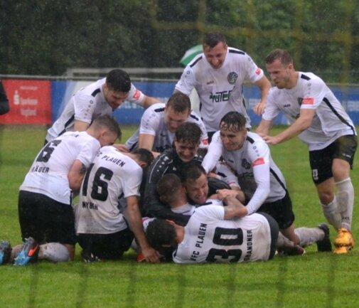 Nach dem Turniersieg hatten die Oberligafußballer des VFC Plauen allen Grund zur Freude. 1:1 hieß es nach der regulären Spielzeit. Im Elfmeterschießen besiegten sie Regionalligist Auerbach 5:3.