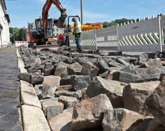 Nach dem Kanalbau, der jetzt begonnen hat, wird die Karlstraße im Glauchauer Wehrdigt in ihren alten Zustand versetzt. Für eine Sanierung der Fahrbahn und der Fußwege fehlt das Geld.