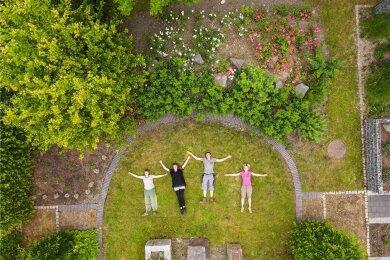 Ein Garten für alle Sinne ist im Fabrikgarten Schreiterer dank Mitarbeitern der Kräutergärtnerei Sagan entstanden.