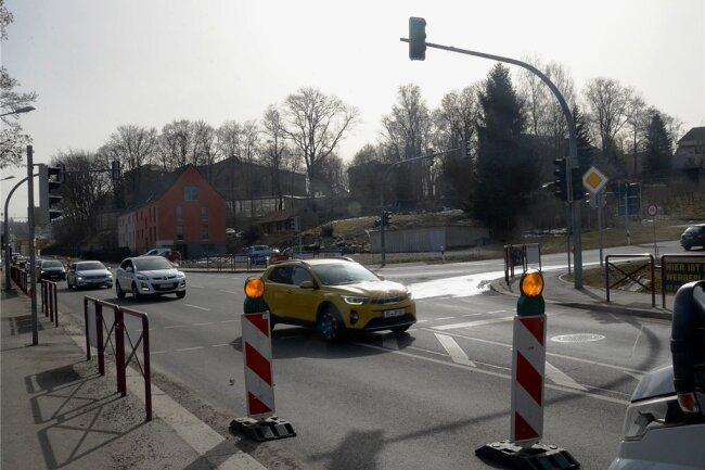 Wer Rodewisch gestern auf der B 94 in Richtung Lengenfeld verlassen wollte, musste sich zeitweise gedulden. Wegen einer Havarie im Trinkwassernetz wurde die Ampel am Abzweig nach Treuen abgeschaltet und die Straße teilweise gesperrt.