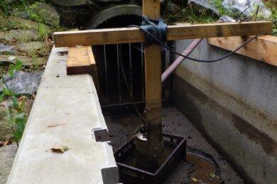 Diese Pumpanlage hat die Stadtverwaltung Brand-Erbisdorf am Grundauslass des Langenauer Parkteiches gesichert.