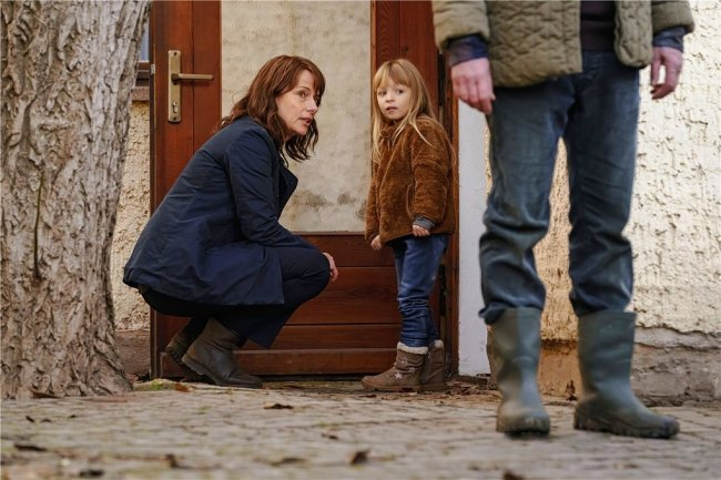 Ein Spürhund macht Marie (Madeleine Tanfal) Angst, Brasch (Claudia Michelsen) beruhigt sie.