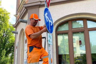 An der Kreuzung Zwickauer/Schneeberger/Herrenstraße: Olaf Markert von der KGS schraubt ein Schild fest.