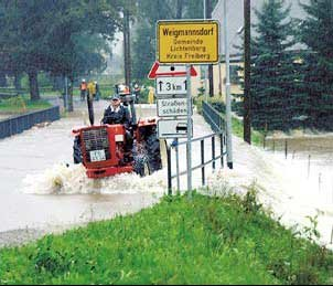 Von den Wassermassen völlig überspült wurde die Straßenbrücke am Ortseingang von Weigmannsdorf.