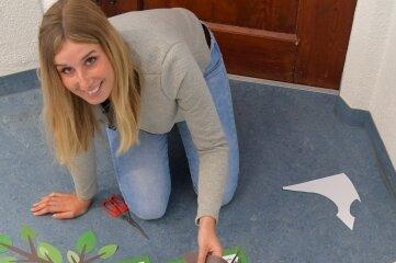 Sarah Träger, Auszubildende zur Verwaltungsangestellten, bereitet den Wunschbaum für die Besucher am Sonntag vor.