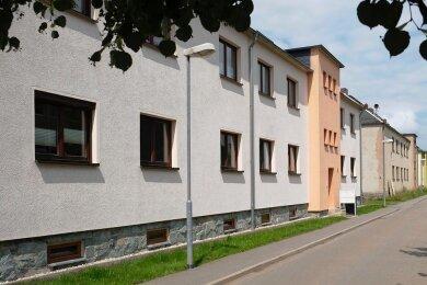 Ehemalige Wohnbau-Häuser an der Gabelsbergerstraße in Netzschkau. Etliche sind saniert, einige noch nicht.