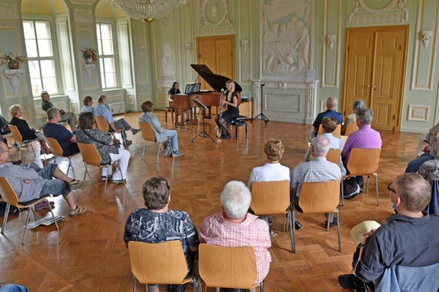 Das Schloss Wolkenburg hat sich an der 20. Auflage der Nacht der Schlösser beteiligt. Im Festsaal gab das Duo Colore mit Karolin Ketzel-Grüneberg (Klarinette) und Mariya Horenko (Piano) ein Konzert - mit Abstand.