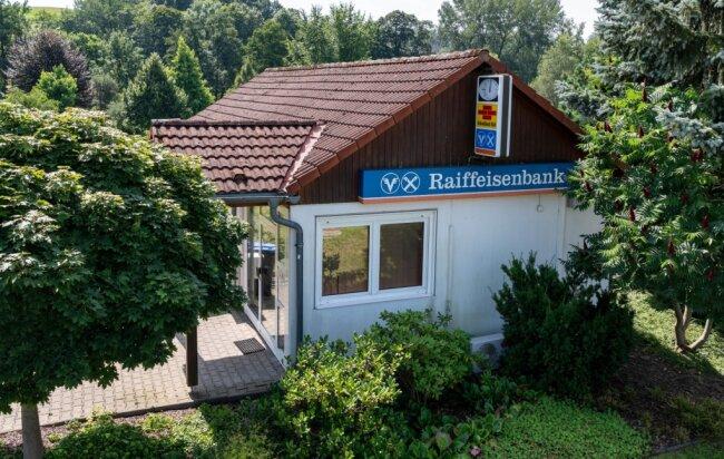Ganz verlassen wird die Raiffeisenbank den Mittweidaer Ortsteil Ringethal nicht. Doch die Bankberaterin wechselt ab September in ein Beratungszentrum in Altmittweida. Zurück bleibt ein Selbstbedienungsbereich mit Geldautomat und Kontoauszugsdrucker. Andere Standorte trifft es noch härter.