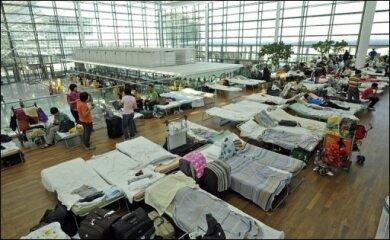 Die Lufthansa holt mit Ausnahmegenehmigungen 15.000 Passagiere zurück nach Deutschland. Nun will sich auch die EU für Lockerungen im Flugverbot einsetzen. Ungeachtet dessen bleiben die deutschen Flughäfen vorerst bis Dienstagmorgen geschlossen. Das Bild zeigt campierende Passagiere im Münchner Flughafen.