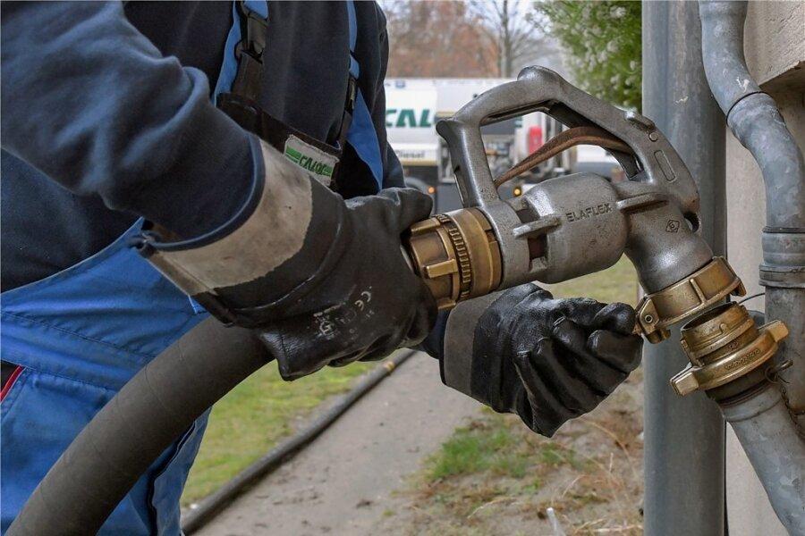 Ein Haus wird mit Heizöl betankt: Die Mehrkosten durch den steigenden CO-Preis müssen die Mieter allein tragen.