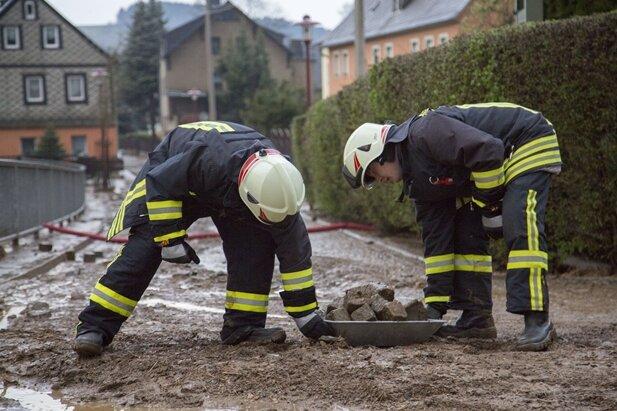 In Raschau hat der Starkregen Schlamm und Geröll von den Feldern auf die Straße und in die Keller von Häusern gespült.