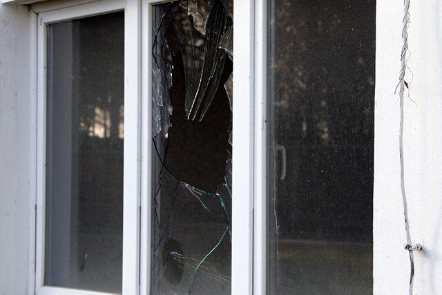 Die zerstörten Fenster zeugen von den Übergriffen auf die Unterkunft.