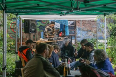 """Das Staunt-Festival vereint verschiedene kulturelle und soziale in der Stadt - wie hier den Gemeinschaftsgarten Zietenaugust. Trotz des Regens am Sonntag wurde das Projekt """"Ein Wohnzimmer im Garten umgesetzt."""