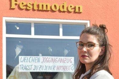 """""""Wieder diese kurzfristige Entscheidung, alles zuzumachen, ist ärgerlich"""", sagt Aline Kaiser vom Brautmodegeschäft in Brand-Erbisdorf. Sie hat Plakate mit markigen Sprüchen in die Schaufenster gehängt, um auf die schwierige Situation des Einzelhandels aufmerksam zu machen."""