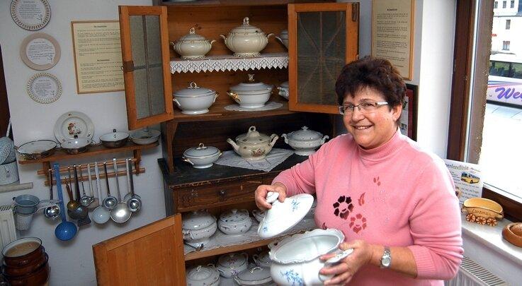 """<p class=""""artikelinhalt"""">Besucher des Suppenmuseums können unter anderem viele alte Küchenutensilien bewundern. Dazu zählen allein 25 verschiedene Suppenterrinen, die Leiterin Steffi Richter stolz präsentiert.</p>"""