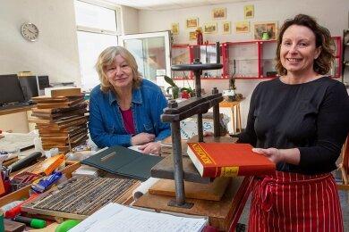 Gelungene Nachfolge: Buchbinderin Gabriele Meichsner (links) übergibt ihr Handwerk an Susann Baumgärtel von gleichnamigen Druckhaus.