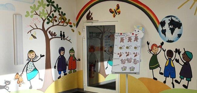"""Das Zugangssystem in der Kindertagesstätte """"Kibu"""" soll gewährleisten, dass höchstens drei Eltern gleichzeitig in der Garderobe sind. Wer zum Beispiel in die Bärengruppe will, nimmt einen der laminierten, desinfizierbaren Bären von der Magnettafel mit und hängt ihn anschließend wieder hin."""