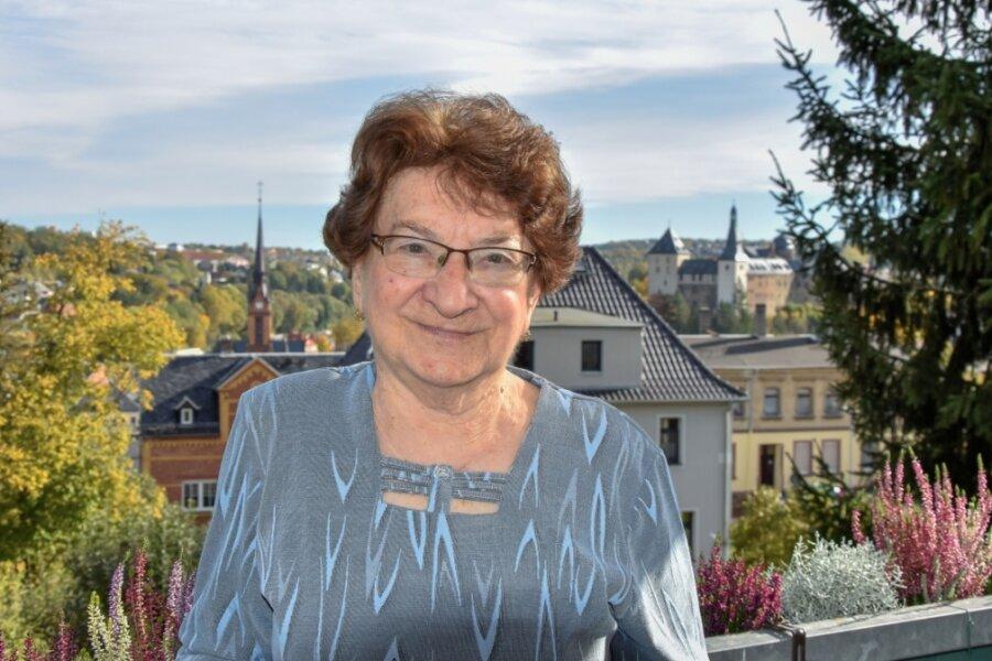 Emmi Labisch auf dem Balkon ihrer neuen Wohnung in Mylau. Die Burg und die Stadtkirche hat sie von dort aus im Blick.