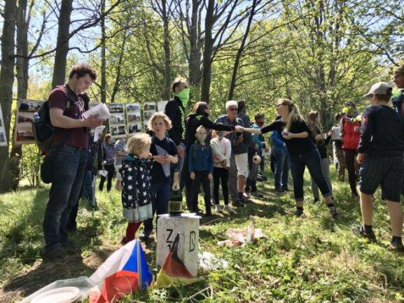 Rund 100 Menschen hatten sich auf den Wiesen beiderseits der Grenze versammelt.