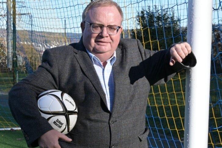 Im Alter von zwölf Jahren begann die Fußballerlaufbahn von Jörg Prager in der Schülermannschaft von Auerhammer. Weil er als Spieler später kaum noch zum Zug kam, wurde der derzeitige Vorsitzende des Fußball-Kreisverbands Erzgebirge frühzeitig Schiedsrichter und Funktionär.