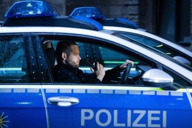 Für den Einsatz gerüstet: Polizeikommissar Stefan Berndt ist per Funk immer mit dem Lagezentrum im Revier Dresden-Mitte verbunden.