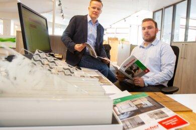 Wurzbacher-Geschäftsführer Martin Bruns (links) und Azubi Tim-Leon Böhm aus Syrau fühlen sich überfahren. Statt der Ausbilung im Vogtland müssen laut Kultusministerium angehende Kaufleute jetzt reisen.
