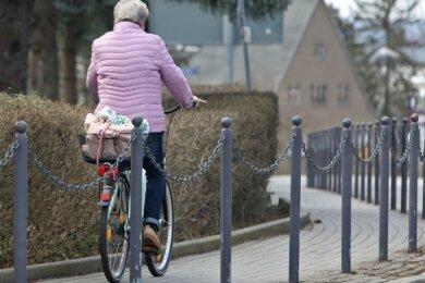 Eine Radfahrerin im Bereich der Kreuzung Oststraße/Dresdner Straße. Das Fahren entgegen der Fahrtrichtung auf dem Gehweg erscheint vielen sichererer als die Benutzung der Straße ohne Radstreifen.