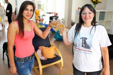 Luise Langwald (links) und Jenny Haberland stoßen mit alkoholfreiem Sekt auf den Einzug in die neuen Räumlichkeiten an.