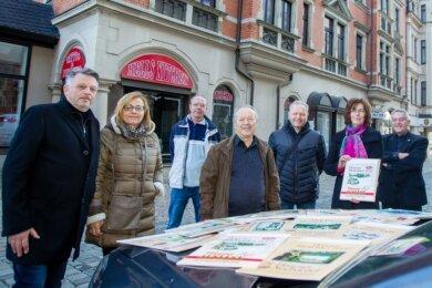 """Kalendermacher Joachim Ott (links) stellte am Montag vorm Rathaus seinen neuen """"Blickwinkel"""" vor."""