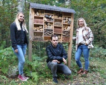 Annie Kraus, Franz Nestler und Lisa Riedel (von links) haben zusammen mit noch einigen anderen Jugendlichen Insektenhotels gebaut.