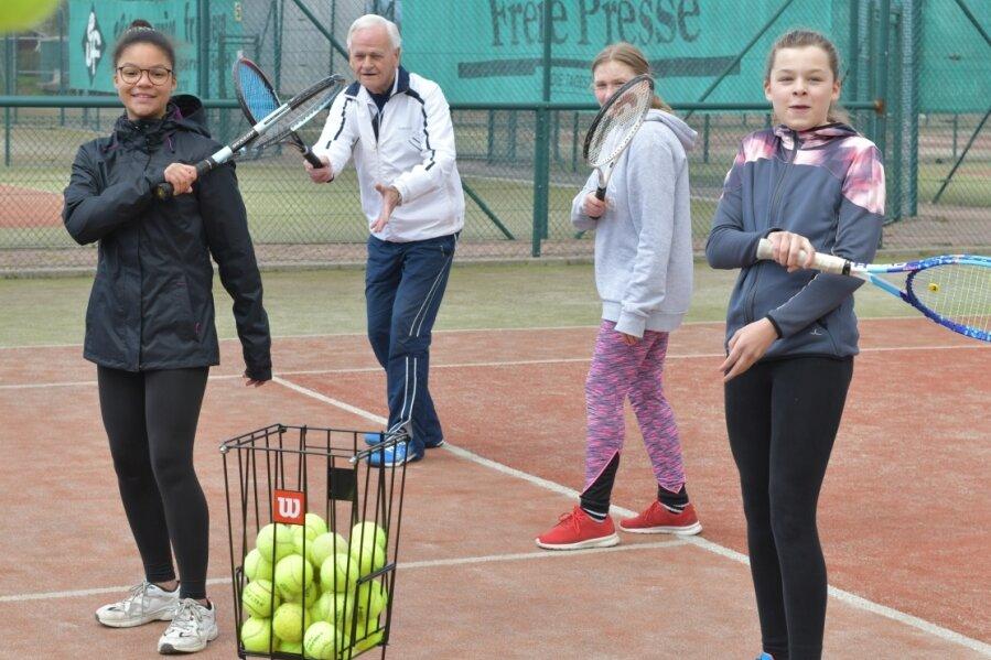 Beim TV Brand-Erbisdorf 92 freuen sich neben Vereinschef Dietmar Wirth (h.) die U-14-Mädchen July Erhunmwunse, Sophie Schlegel und Hanna Kanold (v. l.) über die ersten Trainingseinheiten in diesem Jahr.