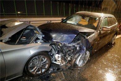 Auf der A 72 bei Penig ist am Donnerstagabend ein Mercedes erst in einen haltenden VW und dann in diesen Unfall-BMW gefahren.