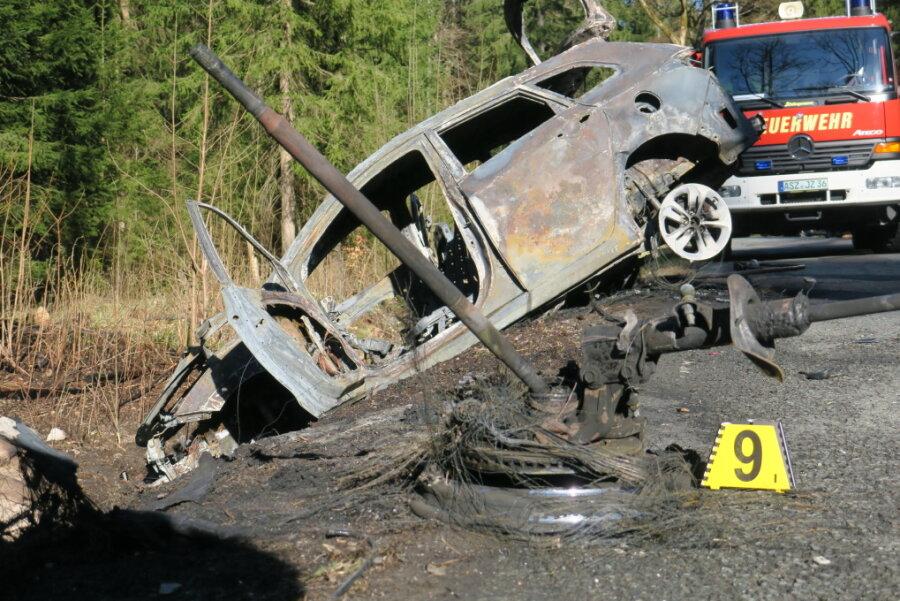 Nach dem Zusammenprall mit einem Baum landete das Auto im Straßengraben.