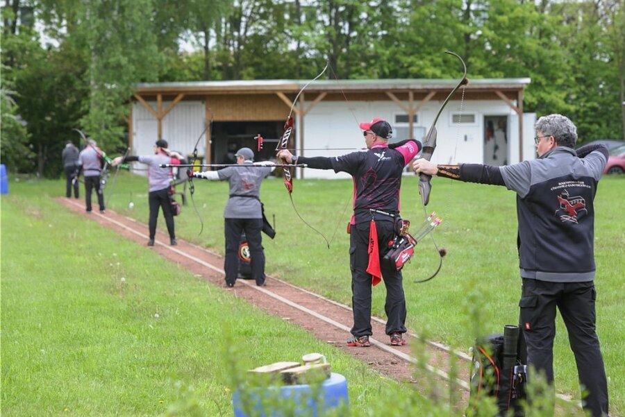 Abstand halten ist hier kein Problem: Die Schützen des Bogensportvereins bei einem Turnier am Wochenende.