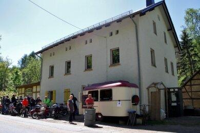 """Viele Ausflügler kamen am Pfingstmontag zum Imbissstand an der """"Kleinen Schweiz"""". Veikko Scheibner (r.) hat das Gebäude erworben und will die Gastwirtschaft wieder beleben."""