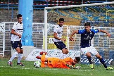 Starker Auftritt: Rückkehrer Danny Breitfelder markierte das 1:0 für den CFC und war in dieser Szene an der Vorbereitung des 2:0 durch Christian Bickel beteiligt. Hier setzt er sich gegen Antonio Guc, Torhüter des FC Internationale Leipzig, durch.