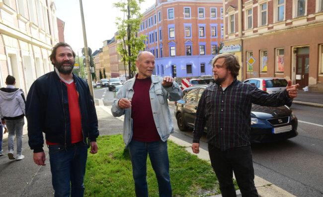 """Die Zietenstraße ist für das Festival """"Hang zur Kultur"""" so etwas wie eine Hauptschlagader. Dort gibt es mehrere Lokale und Kulturprojekte, die am Samstag öffnen. Mitverantwortlich für das Fest sind Rocco Zühlke (l.) und René Bzdok (r.). Stadtteilchronist Eckart Roßberg will alle 41 Angebote besuchen."""