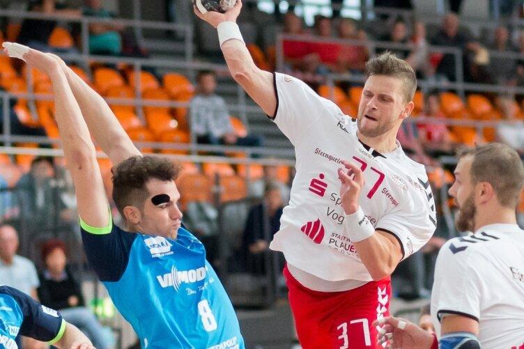 Einheit-Spielmacher David Zbiral (hier beim Wurf) hatte es schwer. Ihn und Marc Multhauf nahmen die Jenaer besonders in die Zange, worunter das Angriffsspiel des HC Einheit Plauen deutlich litt.