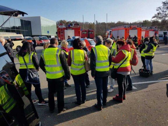 Einsatzkräfte sammeln sich vor der Festhalle.  Diese dient ab 12 Uhr als Notunterkunft für Menschen aus dem Evakuierungsgebiet, die nicht bei Bekannten oder anderswo unterkommen können.