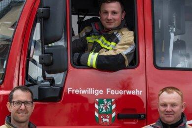 Daniel Kühnert (in der Fahrerkabine) ist der neue Wehrleiter in Oberlungwitz und bildet ein Team mit seinen beiden Stellvertretern Nicky Reichel (links) und Danny Neumann.