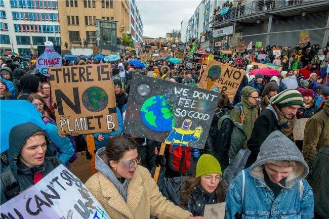 Mehr als 2000 vorwiegend Schüler und Studenten kamen in Chemnitz zusammen und zogen im Anschluss durch die Innenstadt. Auch in Freiberg trafen sich am Freitag etwa 50 Schüler zum Protest.