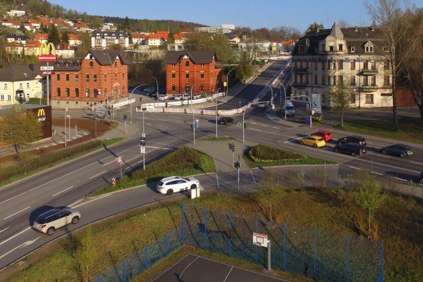 Blick auf die McDonalds-Kreuzung in Aue. In den nächsten Tagen müssen Autofahrer rund um die Verkehrsader mit massiven Behinderungen rechnen. Grund sind Bauarbeiten an der benachbarten Dr.-Otto-Nuschke-Straße.