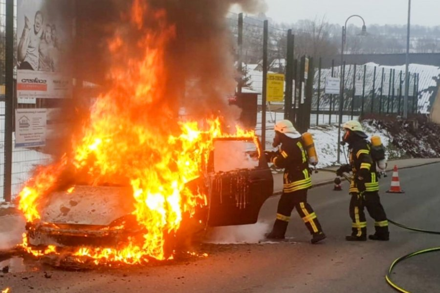 Ford Focus brennt nahe Sportplatz