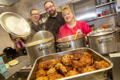 Im Jugendzentrum Jocketa bekommt die Mitarbeiterin Katrin Weidner (rechts) Unterstützung von Koch Jody Schlegel (Mitte) und dessen Azubi Erik Strobel. Zum Mittagessen gibt es Beefsteak mit Kartoffelpüree.