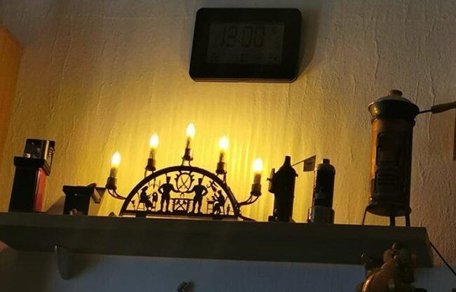 Nicht nur in der Stube, auch in jedem Fenster leuchtet bei Sandra Wöhner in Lichtenfels ein Schwibbogen. Sehr zur Freude der Passanten.
