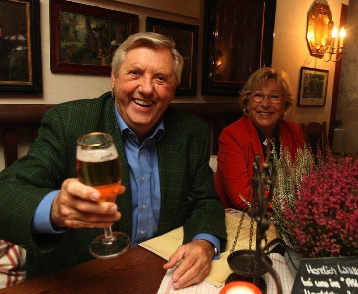 """<p class=""""artikelinhalt"""">Karl Moik ließ sich am Donnerstag mit Ehefrau Edith die Forelle im Handelshaus schmecken. </p>"""