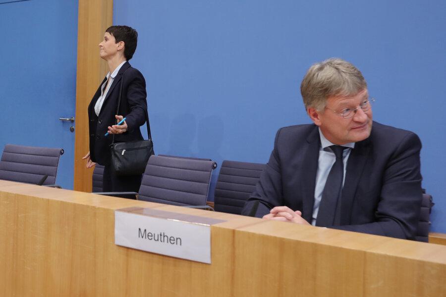Frauke Petry verlässt die Bundespressekonferenz, während Jörg Meuthen in die andere Richtung schaut.