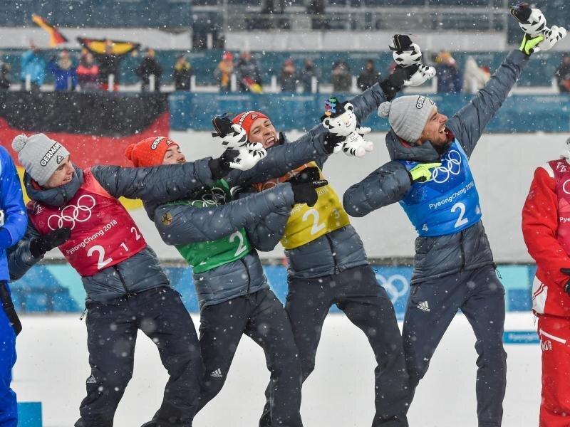 Die deutschen Kombinierer machen bei der Siegerehrung die Usain-Bolt-Pose.
