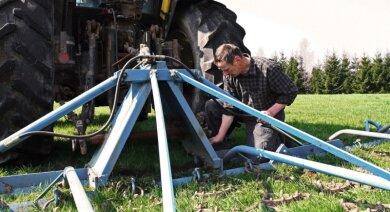 """<p class=""""artikelinhalt"""">Schönes Wetter zieht die Bauern aufs Feld: Der selbstständige Dittersdorfer Landwirt Gerhard Hengst überprüft die Wiesenschleppe an seinem Traktor. Mit dem Gerät bereitete er gestern die Wiese für die Mahd vor. Große Maulwurfshügel und andere Unebenheiten werden auf diese Weise beseitigt. </p>"""